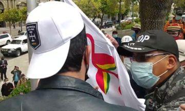 Impiden izar la bandera del patujú en la Plaza Murillo