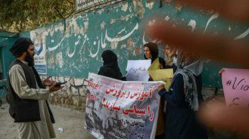 Los talibanes dispersan con disparos al aire una pequeña protesta de mujeres en Kabul
