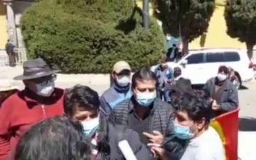 Oficialistas y opositores se pelearon en plena plaza 10 de Noviembre