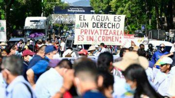 Salvadoreños marchan contra políticas de gobierno de Bukele