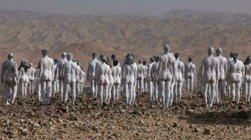 Una multitud desnuda y pintada de blanco posa para fotógrafo Tunick en el Mar Muerto