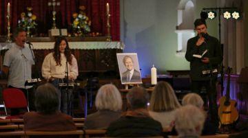 Conmocionado, el parlamento británico rinde homenaje al diputado asesinado