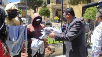 Entregan ropa de trabajo a lustrabotas de la plaza 10 de Noviembre