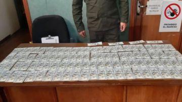 La Paz: Un policía encuentra mochila con alta suma de dinero y lo devuelve a su propietario