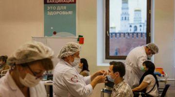 El Kremlin culpa a los rusos por su fallida campaña de vacunación