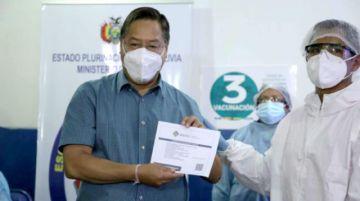 Presidente Luis Arce recibe la segunda dosis de Sputnik-V e insta a la población a vacunarse