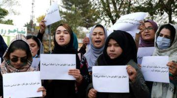 """Mujeres afganas se manifiestan en Kabul para denunciar el """"silencio"""" internacional"""