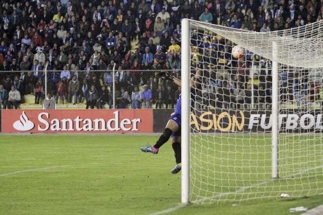 Boca logra golpear en el final a Bolívar