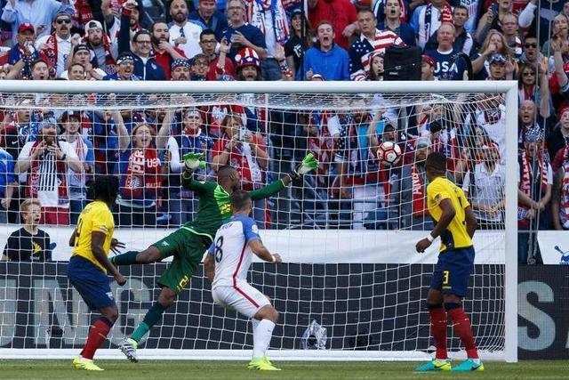 EE. UU. gana y avanza en la Copa