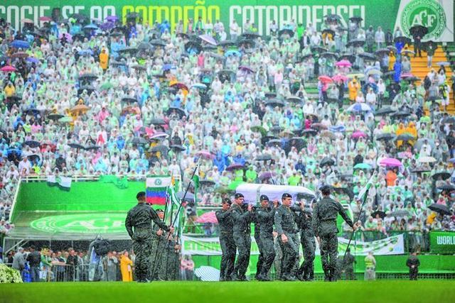 Chapecoense recibe el último adiós bajo la lluvia