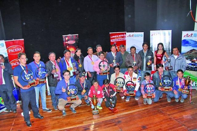 Los campeones del automovilismo reciben premios