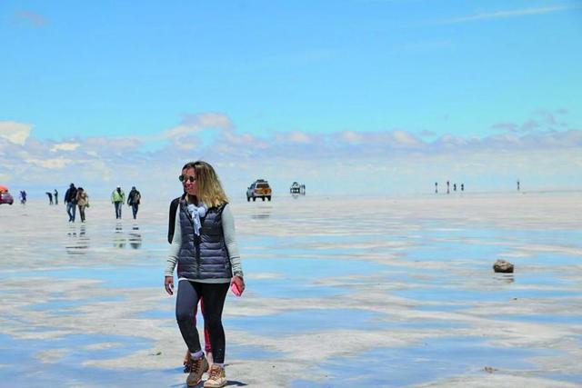 El Salar de Uyuni maravilla  a cientos de visitantes