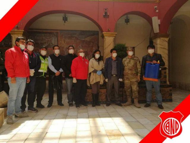 Nacional Potosí dona tanques de aspersión para frenar el coronavirus