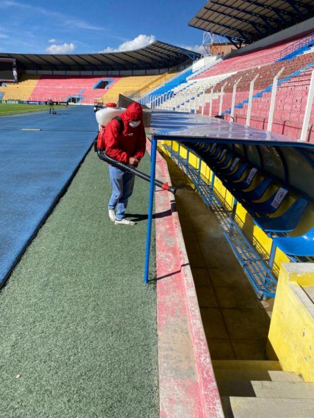 Desinfectan estadio potosino para el cotejo entre Nacional Potosí y Bolívar