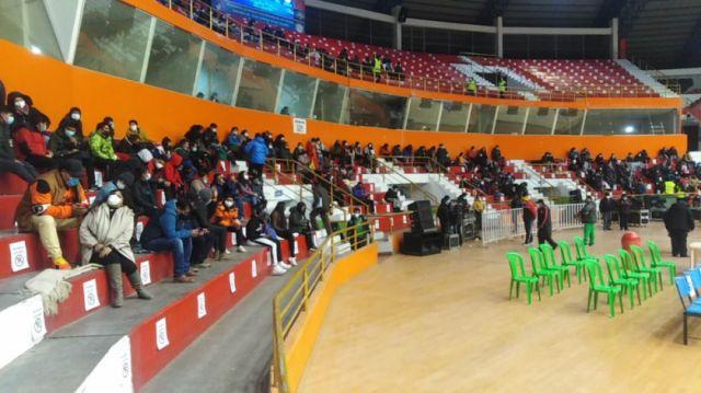 Bajo estrictas medidas de bioseguridad ingresa el público al partido de la selección boliviana de básquet