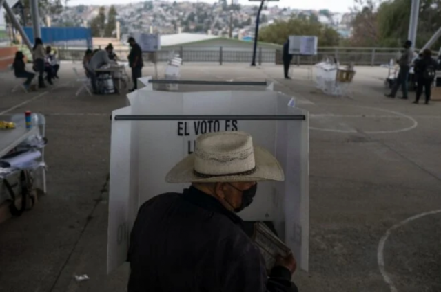 Pobre participación en referendo deja en el limbo investigación a expresidentes mexicanos