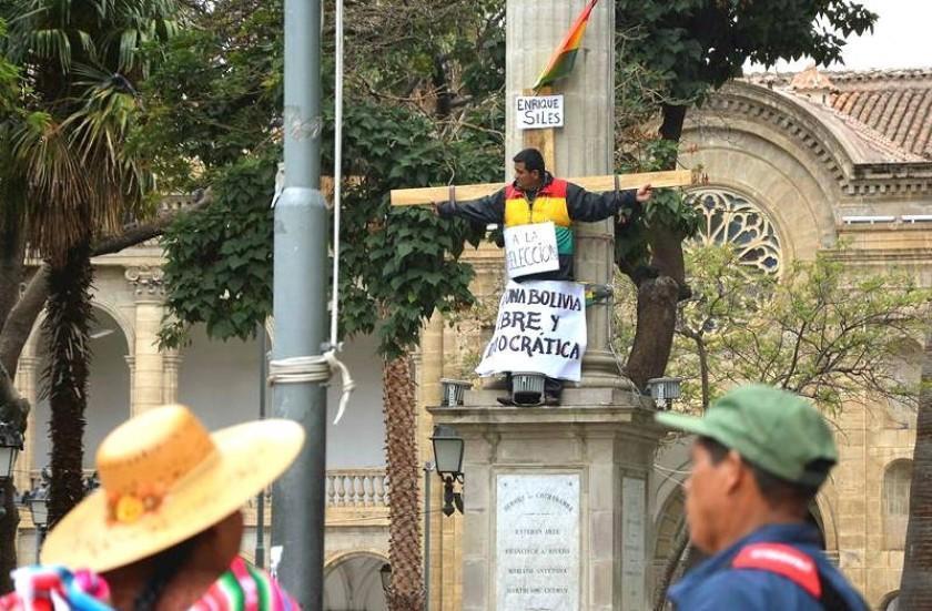 Diputado opositor se crucifica contral la ley 1005 en Cochabamba