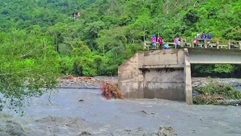 Reportan que riadas dañan puentes y vías de Coroico