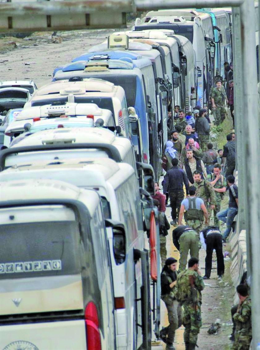 Evacúan cerca de 3.000 civiles y guerrilleros de Guta en Siria
