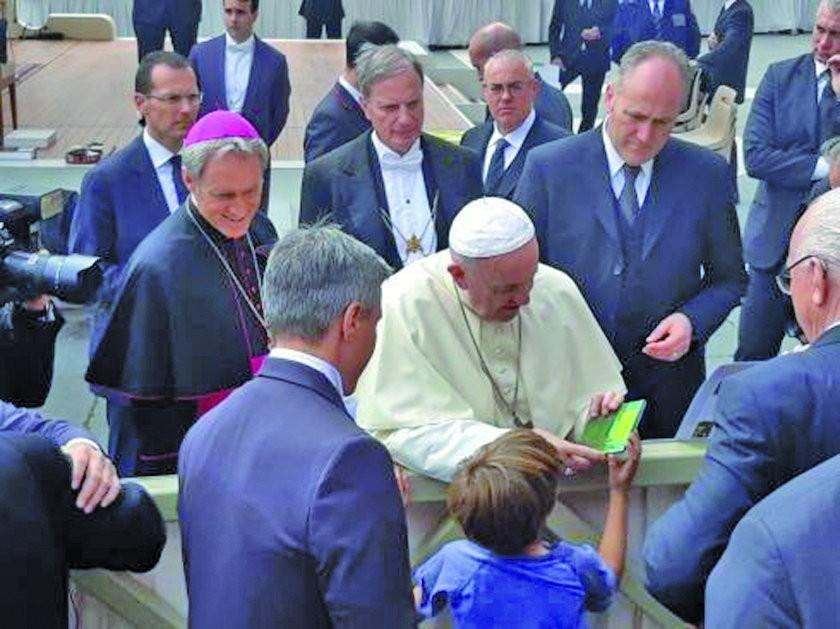 Niño boliviano le entrega un disco del Ensamble Moxos al papa Francisco