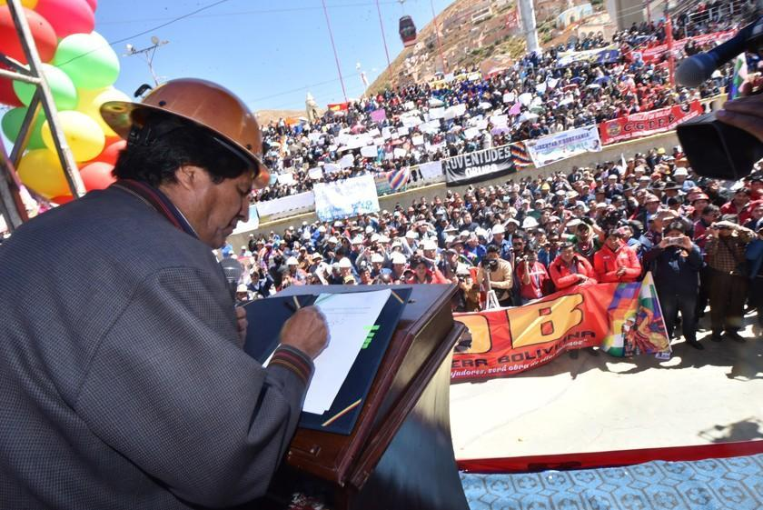 Evo Morales promulga la Ley de Creación de Empresas Sociales