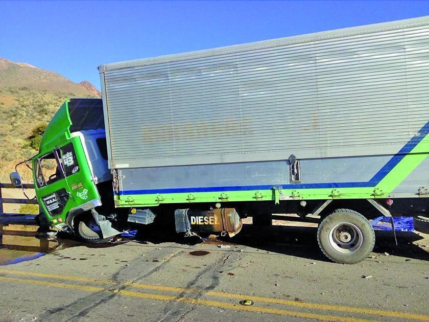 Chofer se estrella contra el pretil de seguridad de puente