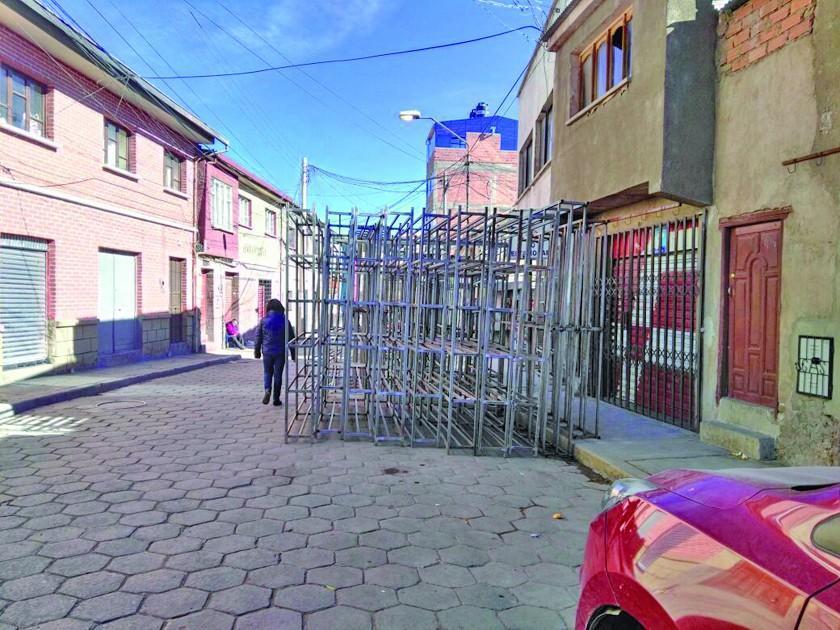 Copan una calle con fierros y surge la queja de los ciudadanos