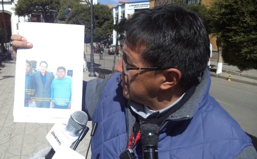 Mochilas: Barrientos muestra selfis del alcalde de Llica con fiscal general