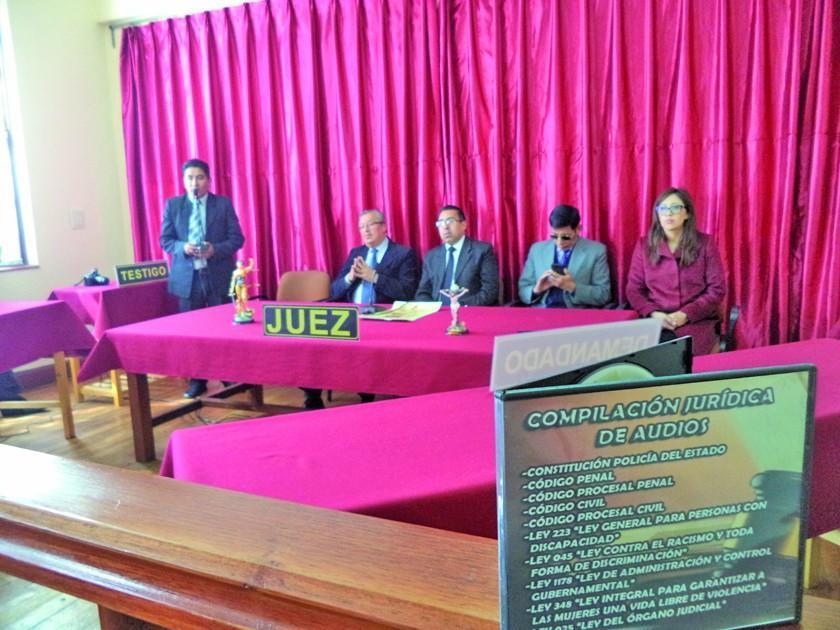 Entregan sala de oralidad y compendio de leyes en la UATF