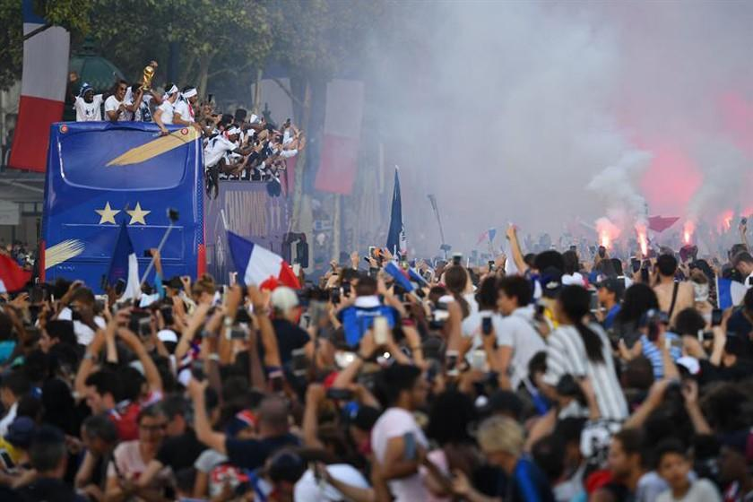 Miles de franceses reciben a los campeones