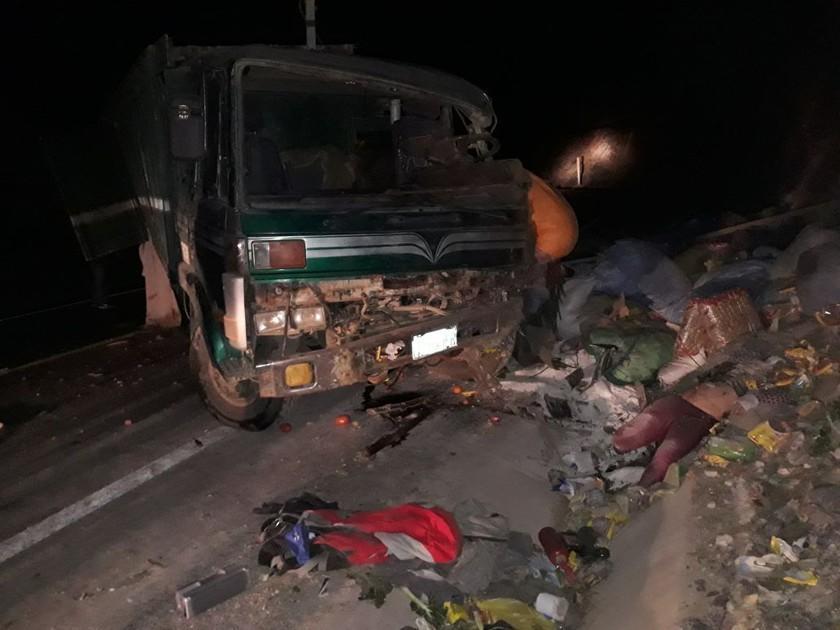 Mujer muere aplastada por la carga tras un accidente