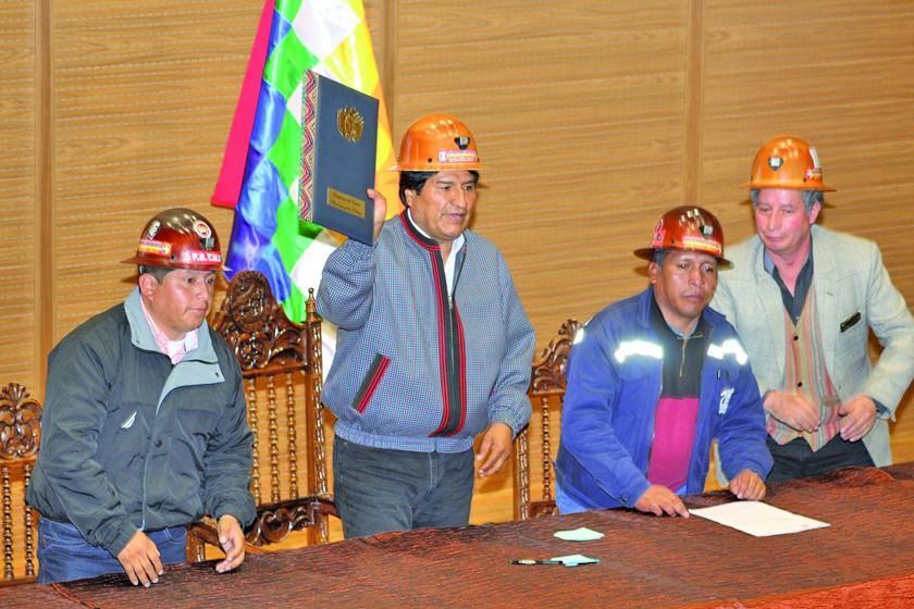 Morales promulga una norma que castiga el robo de mineral