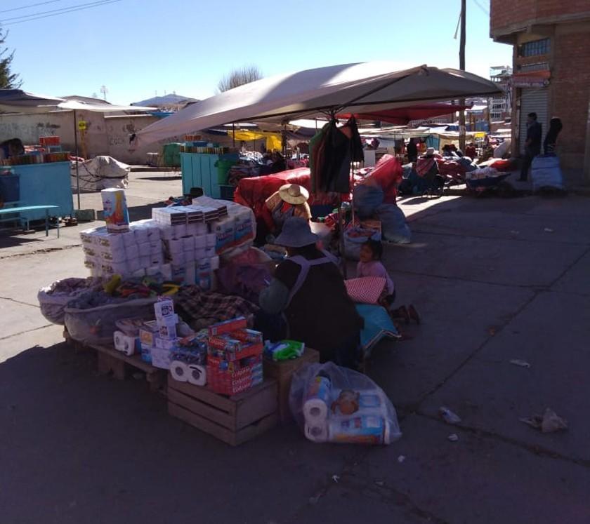Vendedores locales están en las calles de la ciudad de Potosí