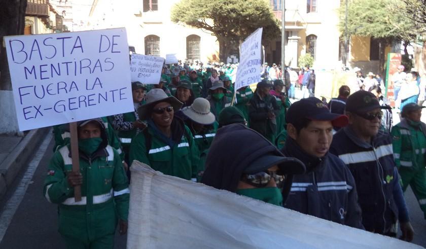 Obreros de EMAP advierten que no recogerán basura si regresa Mamani