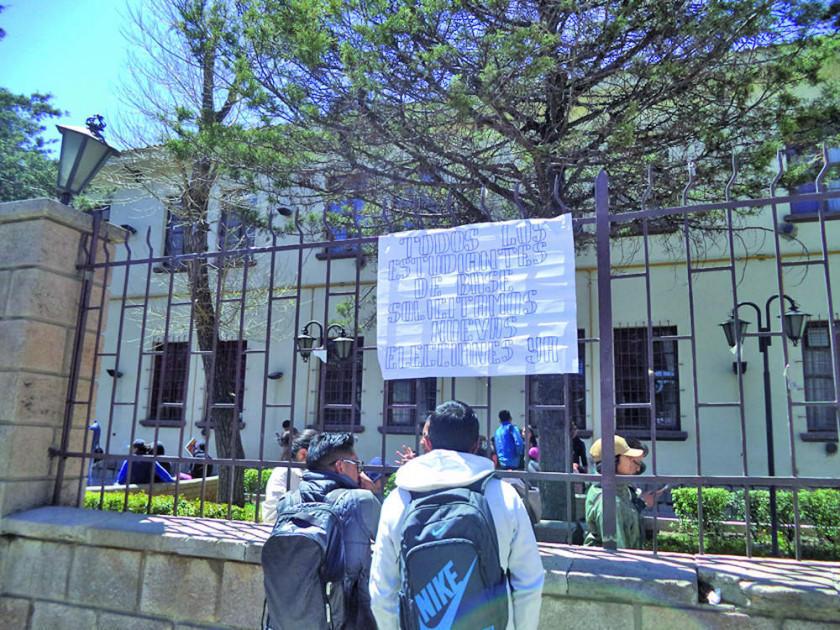 El edificio de la UATF sigue bloqueado por estudiantes