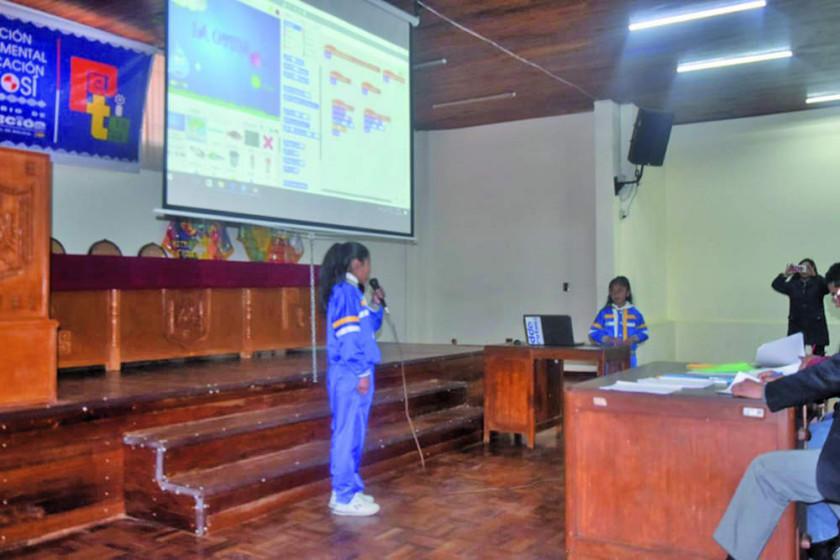 Rinden examen en Informática Uno de las olimpiadas científicas