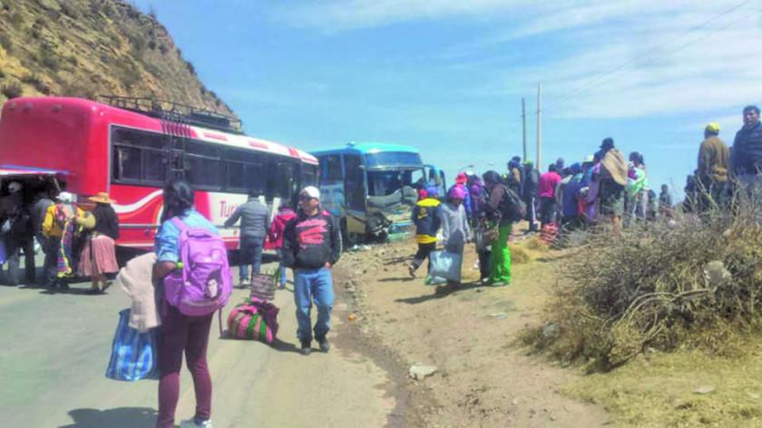 Reportan colisión frontal de dos buses
