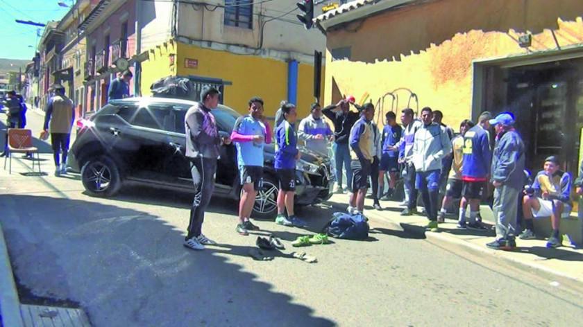 Jugadores de Real Potosí venden sus calzados