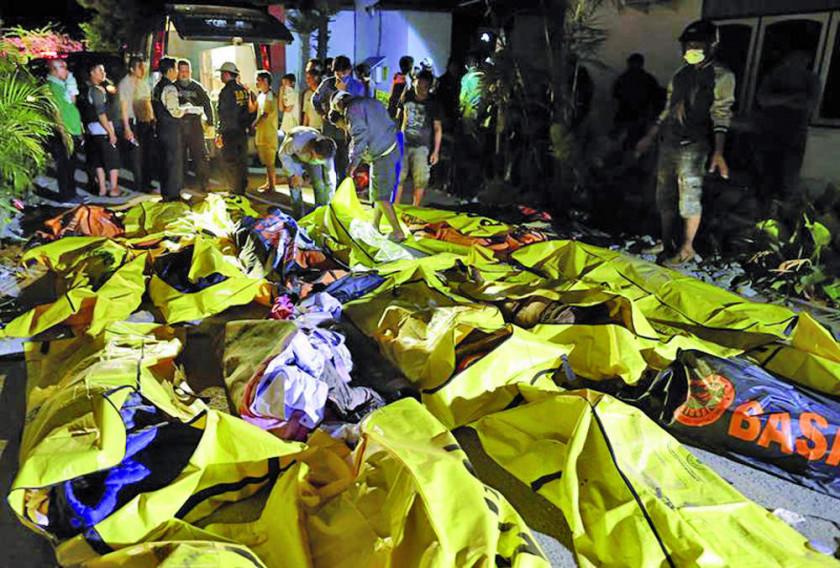 Indonesia llora muerte de 385 personas por un tsunami y terremotos
