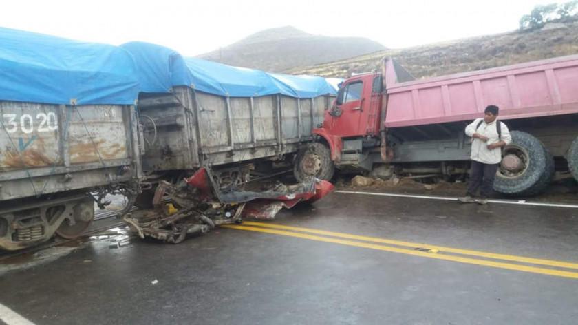 Chofer choca contra un tren de  carga y sobrevive al accidente