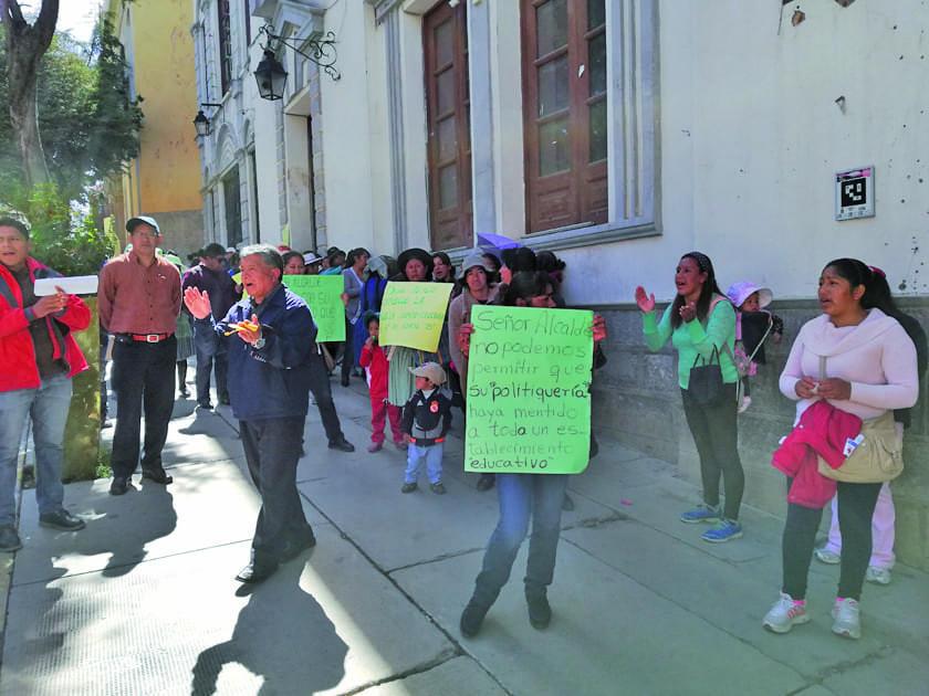Padres de familia y maestros protestan contra autoridades