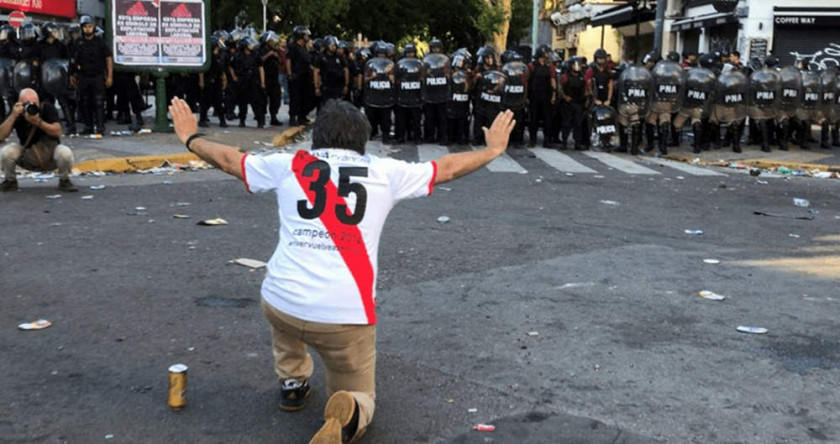 Argentinos protestan por la final River - Boca en Madrid