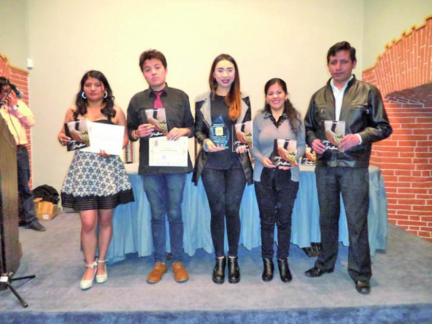 Premian a ganadores de concurso de poesía