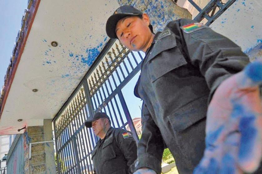 Mujeres Creando pintan de azul la puerta del ente Supremo Electoral