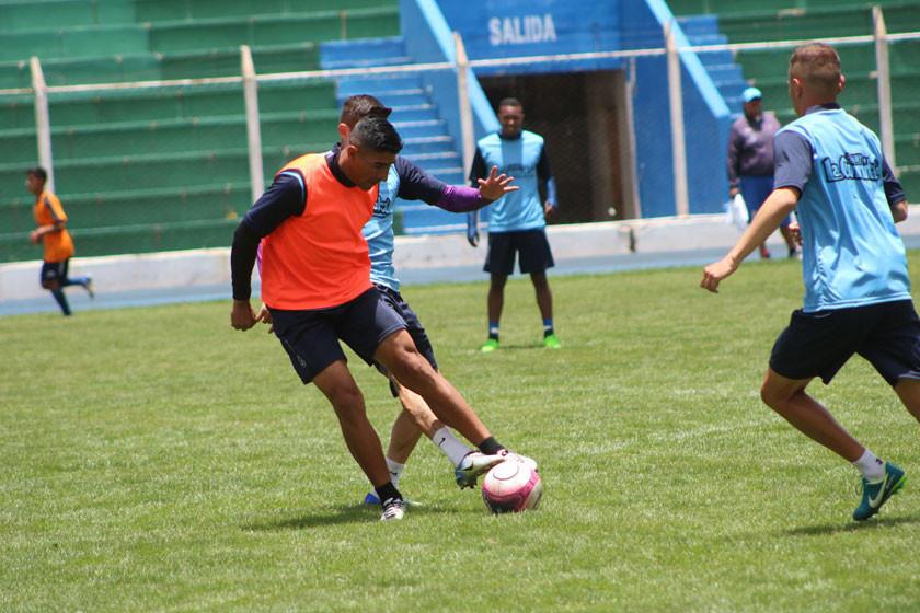 Adrián y Leguizamón tienen la tarea de hacer goles a Bolívar
