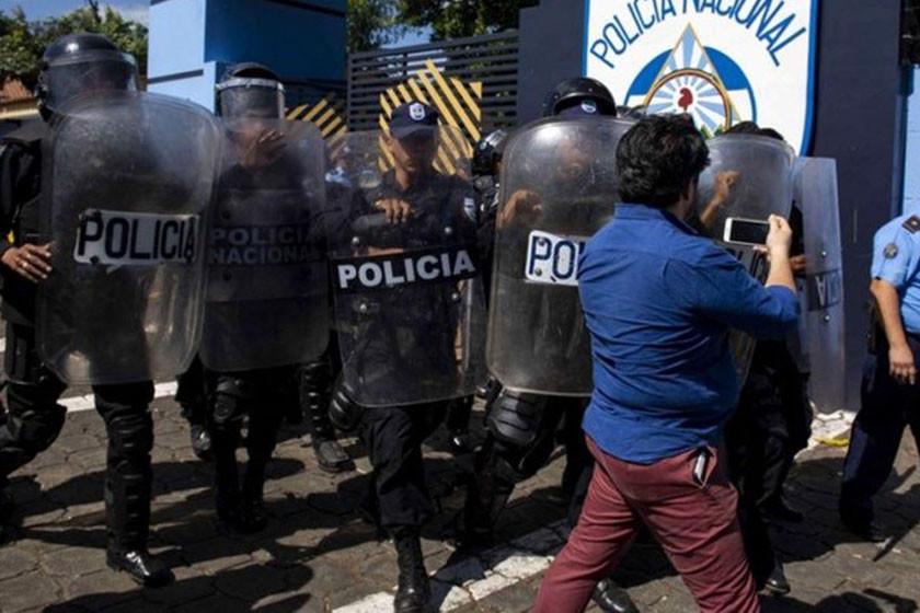 La Policía de Nicaragua golpea a periodistas que cubrían denuncia