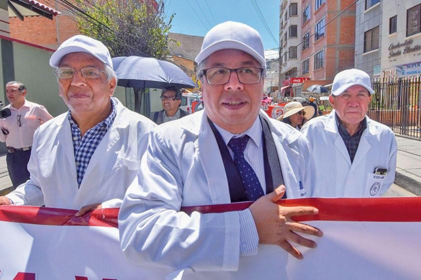 Médicos cumplen paro de 48 horas y Gobierno declara ilegal la medida