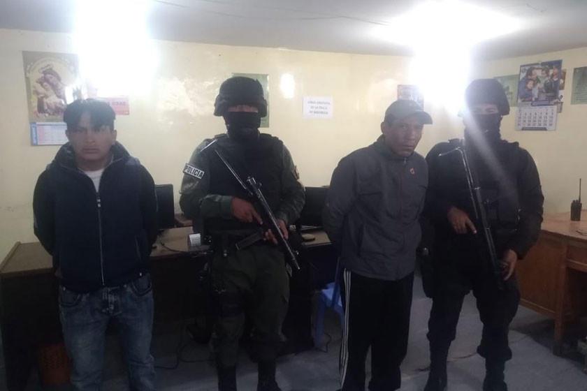 Arrestan a dos prontuariados dentro de entidad bancaria