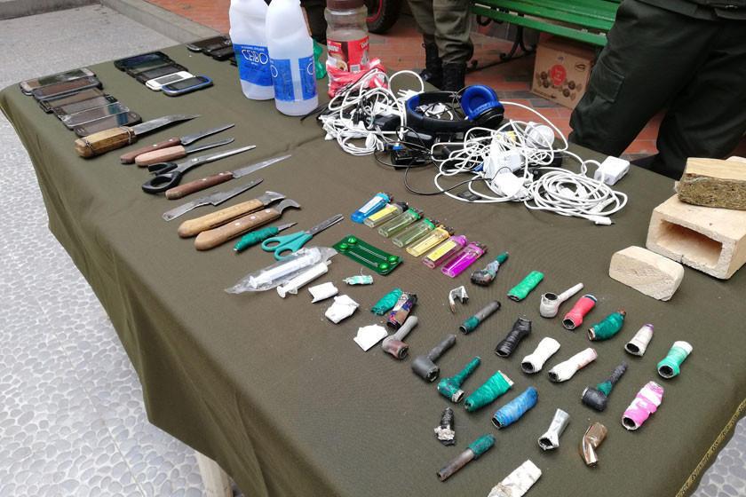 Incautan droga, pipas, alcohol y cuchillos en el penal de Cantumarca