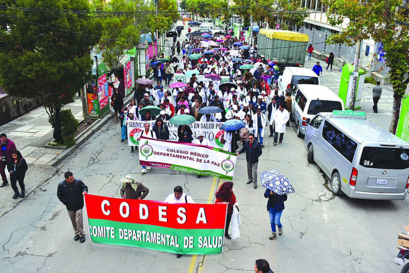 Médicos aceptan reunirse con el Gobierno y La Paz rechaza diálogo